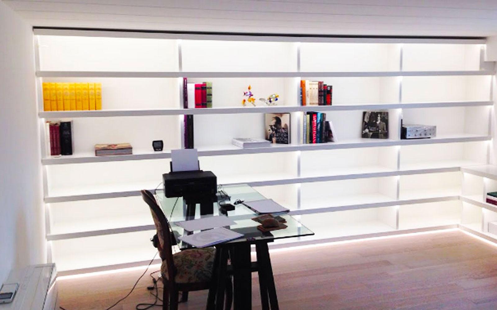 Libreria A Muro Illuminata A Led